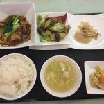 今月の一品:揚げ豆腐と豚肉入り四川風煮込み+C.白身魚のバジルソース炒め +小菜・ご飯・スープ・香の物