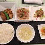 5月の一品:白身魚と毛羽先の醤油煮込み+A.海老のチリソース +小菜・ご飯・スープ・香の物