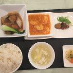 7月の一品:香菜入り肉団子と春雨の醤油煮込み+A.海老のチリソース +小菜・ご飯・スープ・香の物