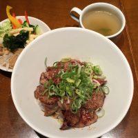 カルビ丼(スープ、サラダ付き)13時半までサラダバー