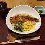 あなご丼(赤)+324円のドリンク(味噌汁、香物付)
